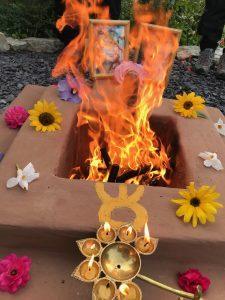 Dhuni - Feuer mit Morgenmeditation - anschliessendes Bhajan - Übungssingen